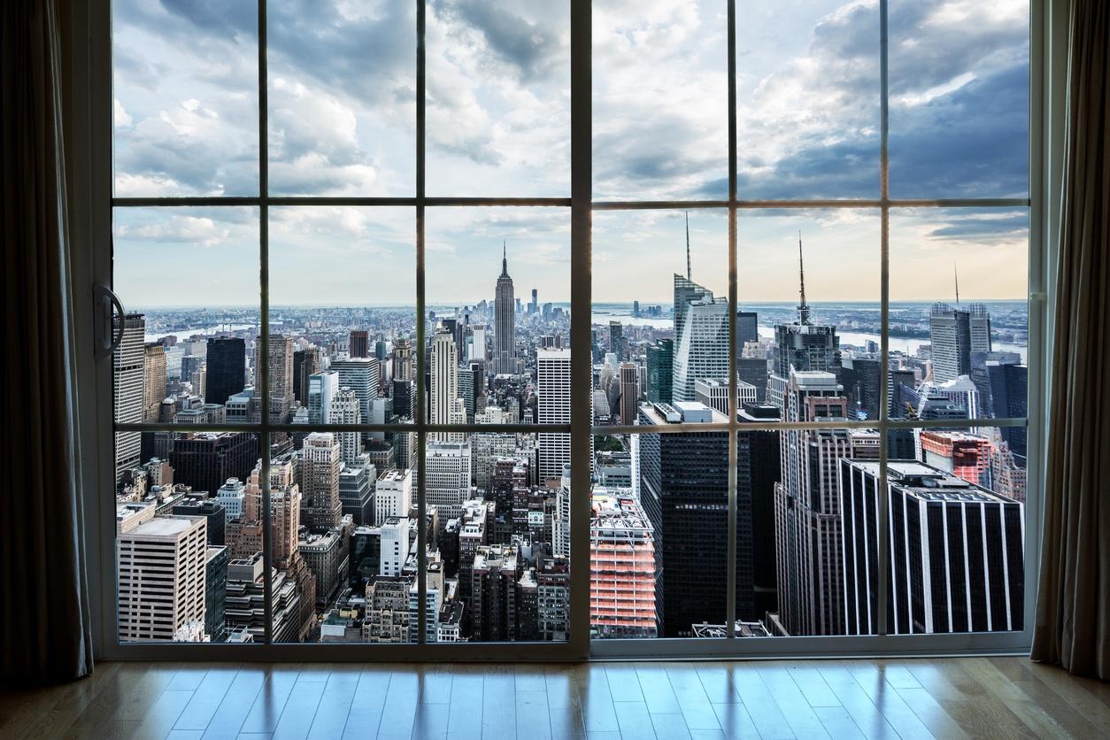mirando a las propiedades de Manhattan desde la ventana de un apartamento