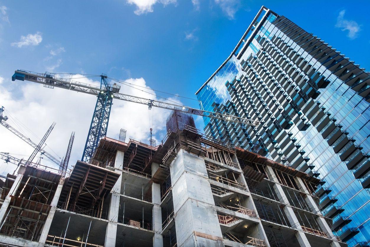 imagen de un condominio pre-construido en miami con el cielo azul de fondo