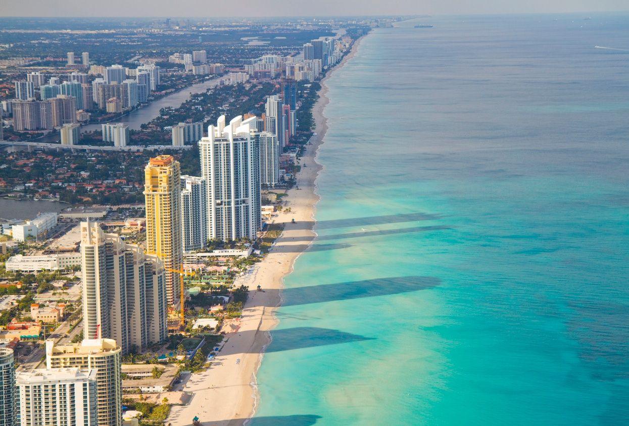una vista aérea de los edificios de condominios a lo largo de Miami Beach
